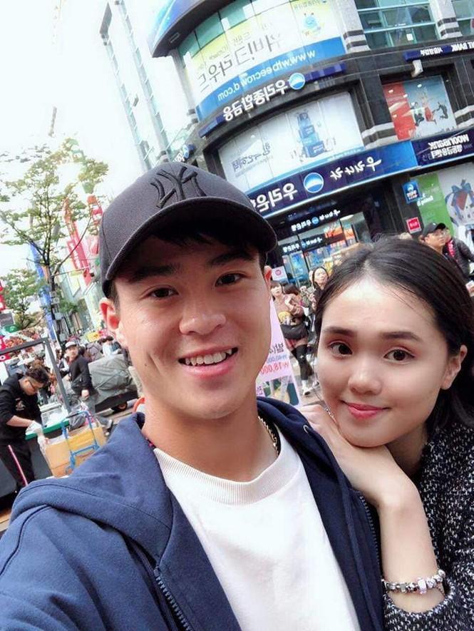 Cầu thủ Duy Mạnh cầu hôn bạn gái trên phố đi bộ ngày đầu năm mới - ảnh 4