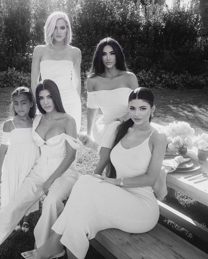 Kylie Jenner chuộng mặc bó sát tôn ba vòng bốc lửa - ảnh 19