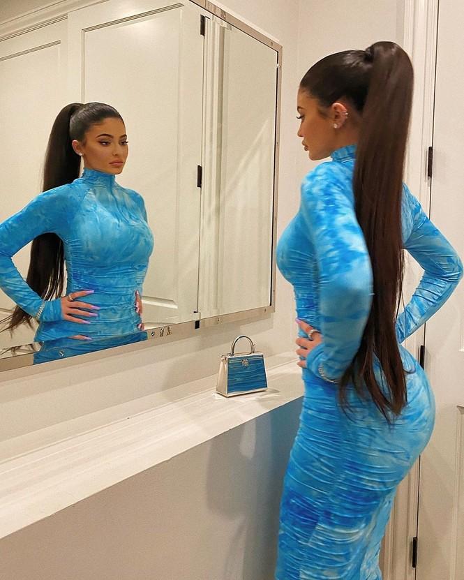 Kylie Jenner chuộng mặc bó sát tôn ba vòng bốc lửa - ảnh 2