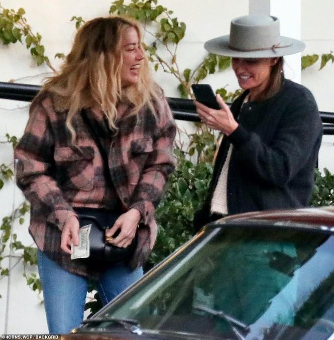 Vợ cũ 'cướp biển' Johnny Depp gây sốc với nụ hôn đồng giới - ảnh 4
