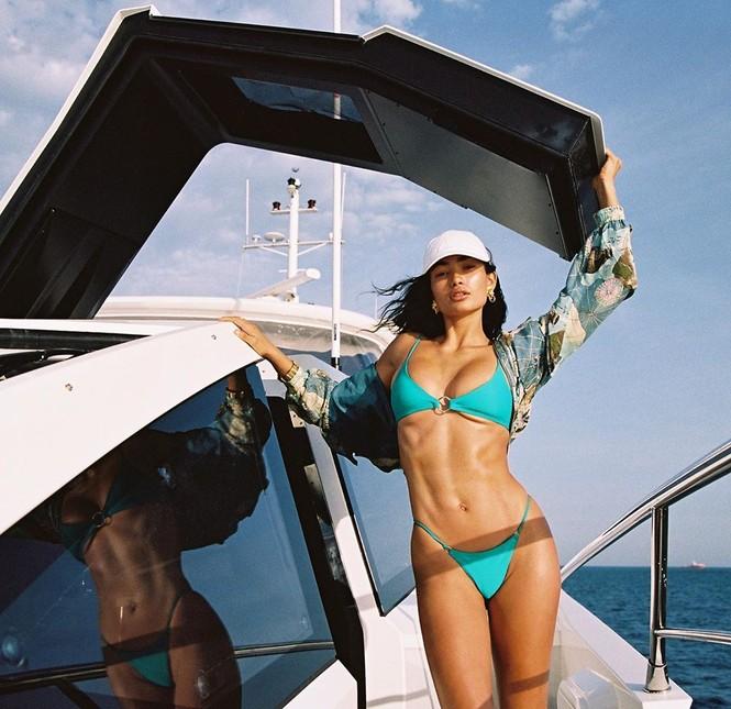 Siêu mẫu lai cao 1m80 Kelly Gale diện bikini hút mắt trên du thuyền - ảnh 1