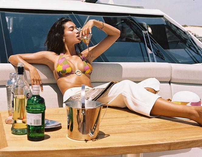 Siêu mẫu lai cao 1m80 Kelly Gale diện bikini hút mắt trên du thuyền - ảnh 3