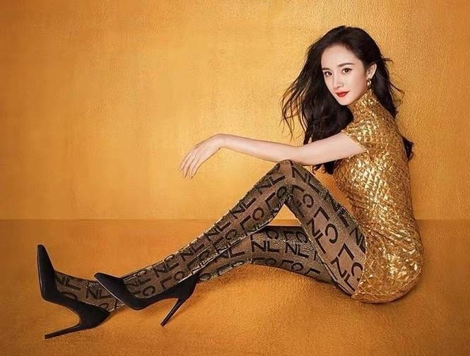 Dương Mịch váy ngắn tôn đường cong hút mắt, chân dài miên man - ảnh 1