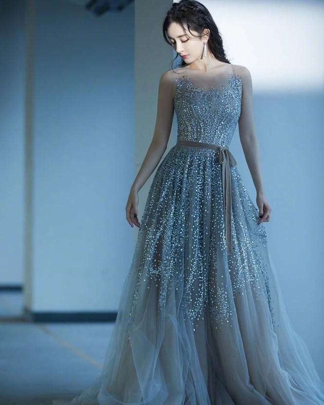 Dương Mịch váy ngắn tôn đường cong hút mắt, chân dài miên man - ảnh 7