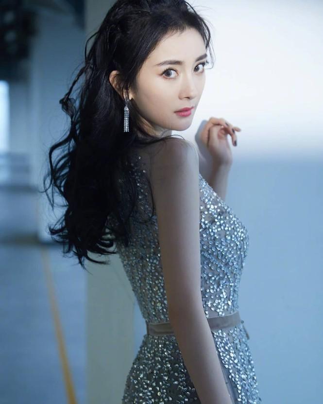 Dương Mịch váy ngắn tôn đường cong hút mắt, chân dài miên man - ảnh 6