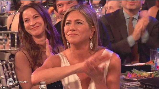 Jennifer Aniston 'quên' nội y, mừng rỡ ôm chồng cũ Brad Pitt - ảnh 9