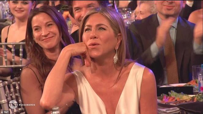 Jennifer Aniston 'quên' nội y, mừng rỡ ôm chồng cũ Brad Pitt - ảnh 8