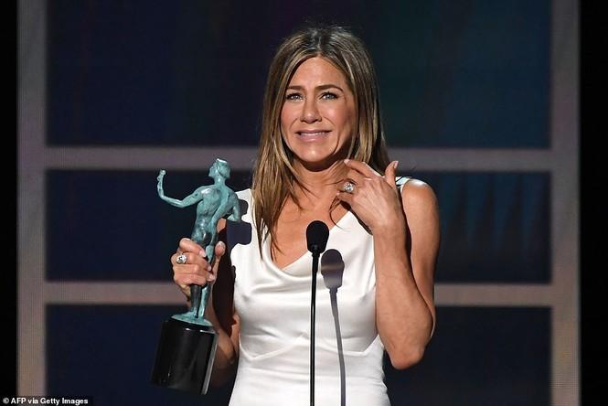 Jennifer Aniston 'quên' nội y, mừng rỡ ôm chồng cũ Brad Pitt - ảnh 10