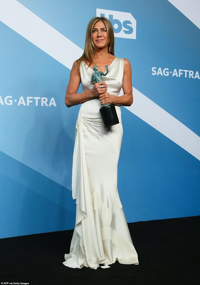 Jennifer Aniston 'quên' nội y, mừng rỡ ôm chồng cũ Brad Pitt - ảnh 12