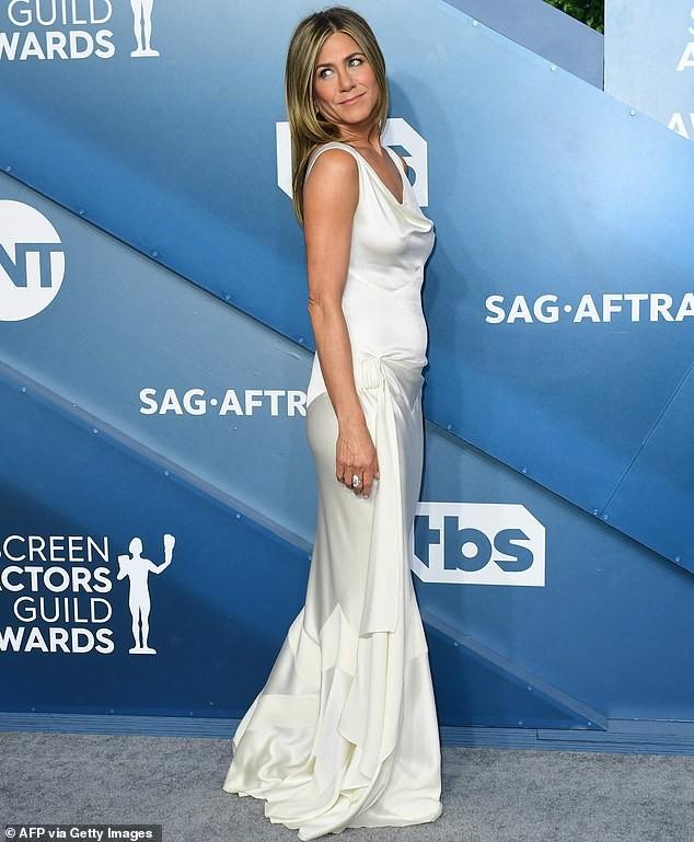 Jennifer Aniston 'quên' nội y, mừng rỡ ôm chồng cũ Brad Pitt - ảnh 17