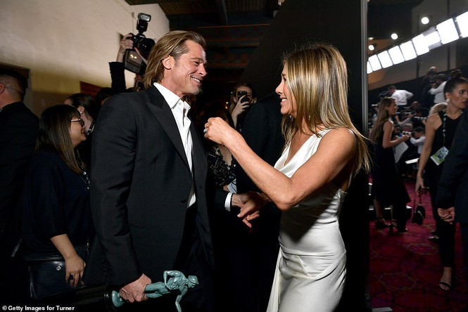 Jennifer Aniston 'quên' nội y, mừng rỡ ôm chồng cũ Brad Pitt - ảnh 1