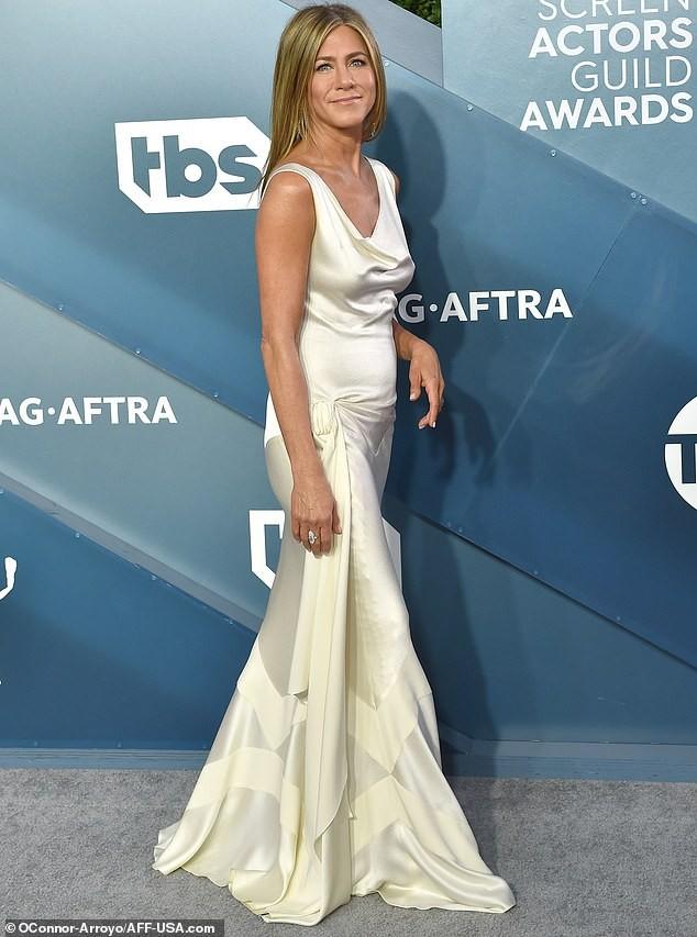 Jennifer Aniston 'quên' nội y, mừng rỡ ôm chồng cũ Brad Pitt - ảnh 16