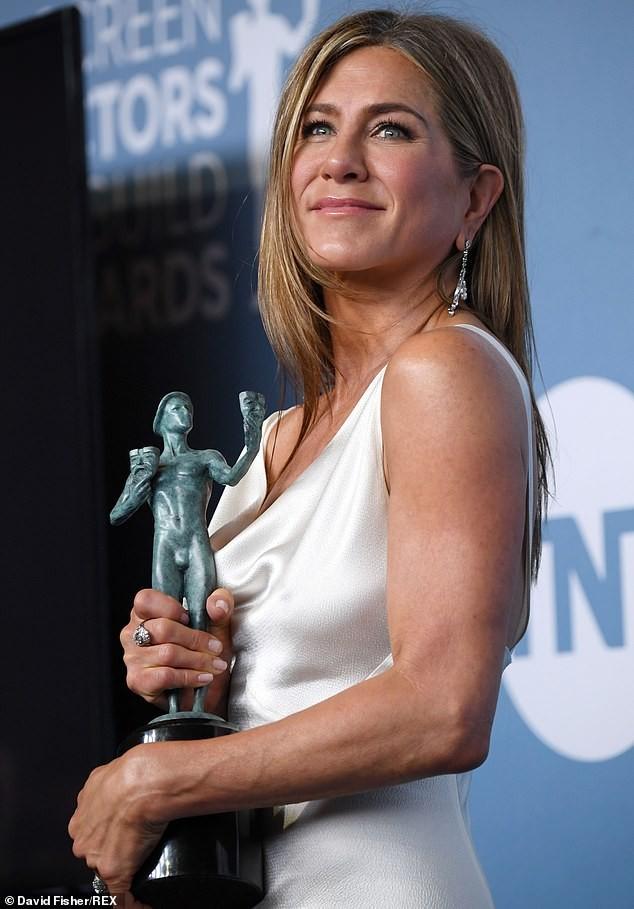 Jennifer Aniston 'quên' nội y, mừng rỡ ôm chồng cũ Brad Pitt - ảnh 19