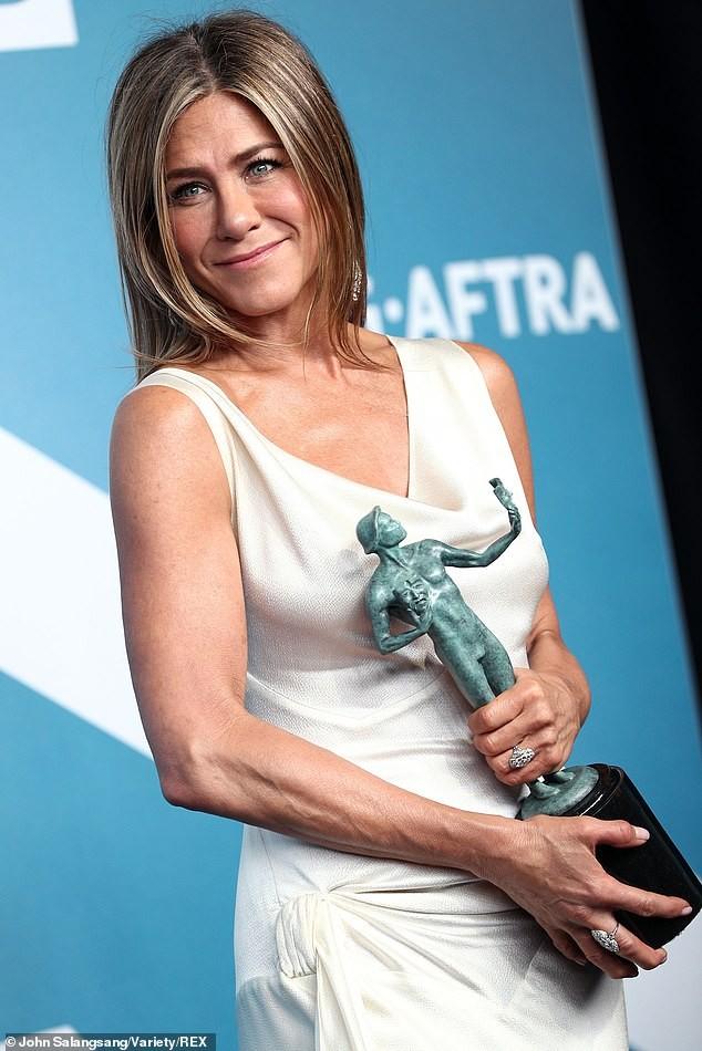 Jennifer Aniston 'quên' nội y, mừng rỡ ôm chồng cũ Brad Pitt - ảnh 20