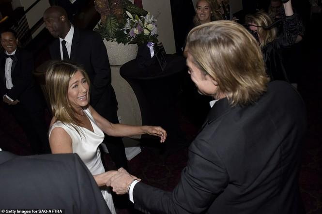 Jennifer Aniston 'quên' nội y, mừng rỡ ôm chồng cũ Brad Pitt - ảnh 2