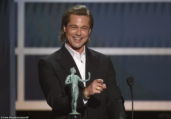 Jennifer Aniston 'quên' nội y, mừng rỡ ôm chồng cũ Brad Pitt - ảnh 7
