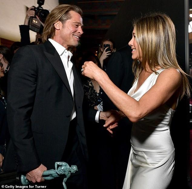 Jennifer Aniston 'quên' nội y, mừng rỡ ôm chồng cũ Brad Pitt - ảnh 6