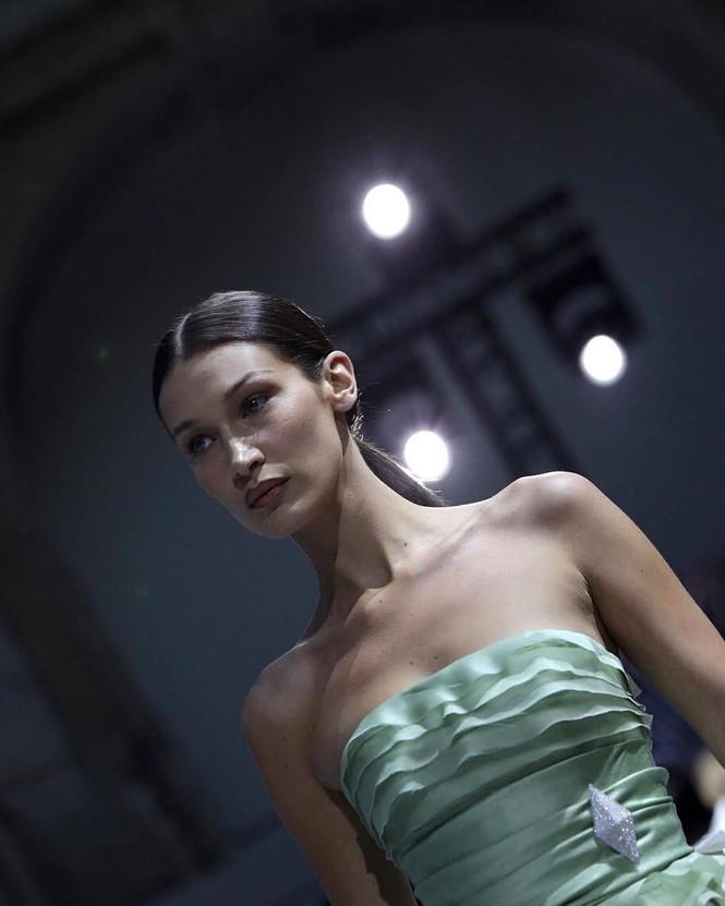 Bella Hadid 'thả rộng vòng 1' táo bạo trên sàn diễn - ảnh 11