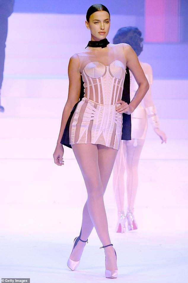 Irina Shayk diện váy siêu ngắn ôm sát đường cong tuyệt mỹ - ảnh 2