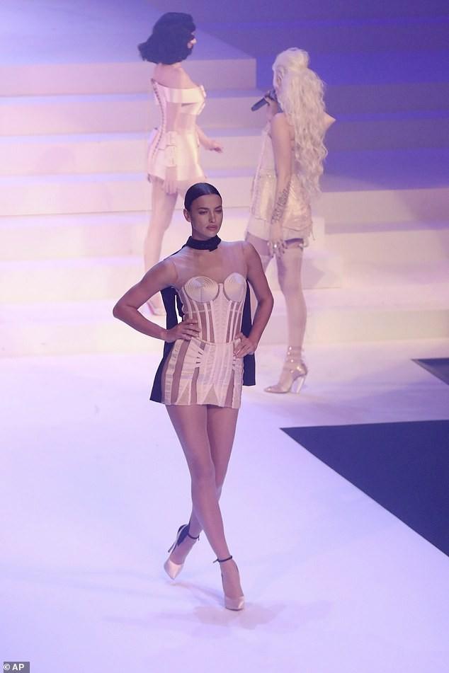Irina Shayk diện váy siêu ngắn ôm sát đường cong tuyệt mỹ - ảnh 5