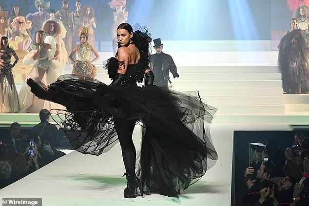 Irina Shayk diện váy siêu ngắn ôm sát đường cong tuyệt mỹ - ảnh 6