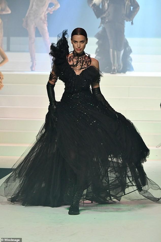Irina Shayk diện váy siêu ngắn ôm sát đường cong tuyệt mỹ - ảnh 7