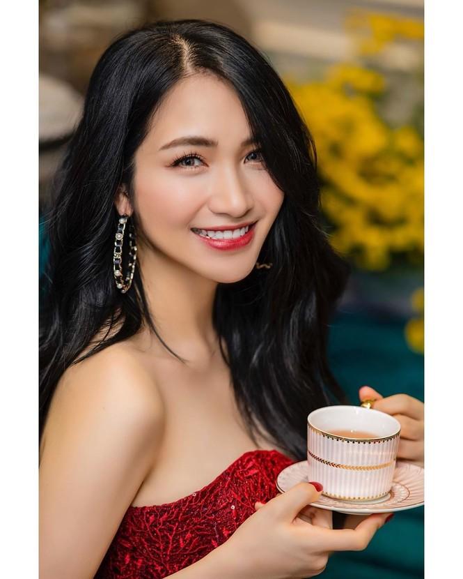 Bạn gái Đức Chinh xinh đẹp đón Tết, Hòa Minzy gợi cảm đầu xuân - ảnh 4