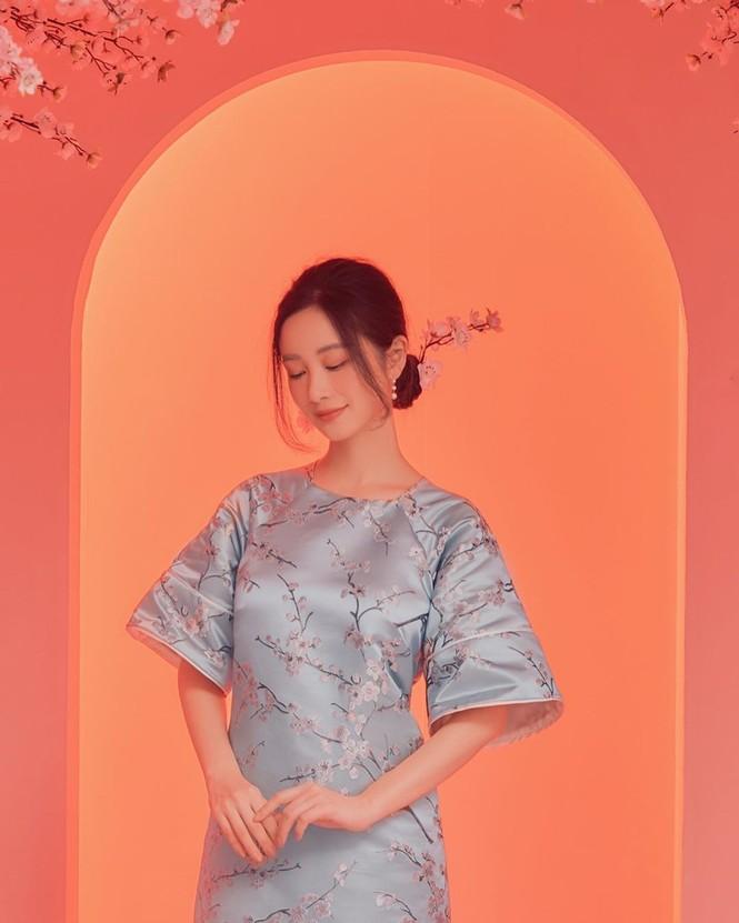 Bạn gái Đức Chinh xinh đẹp đón Tết, Hòa Minzy gợi cảm đầu xuân - ảnh 15