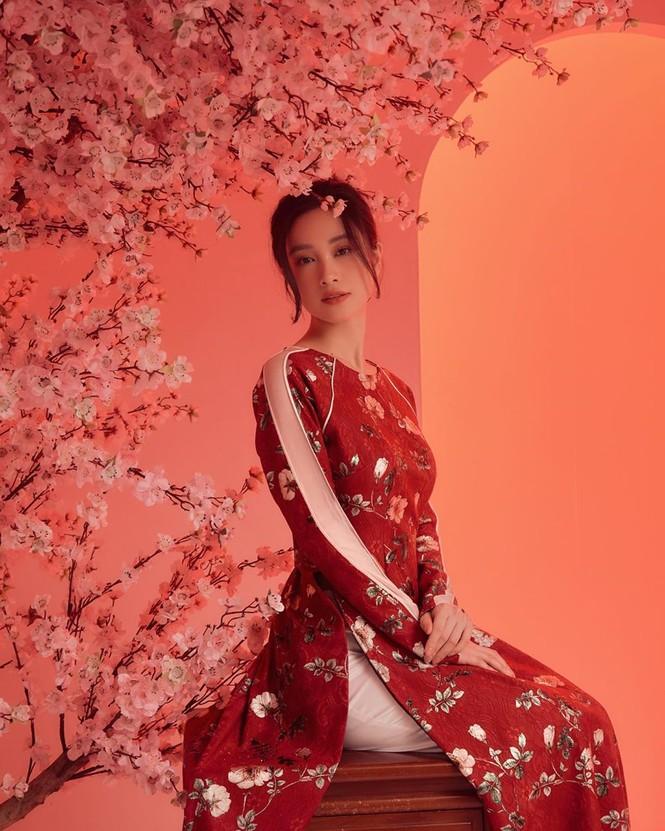 Bạn gái Đức Chinh xinh đẹp đón Tết, Hòa Minzy gợi cảm đầu xuân - ảnh 10