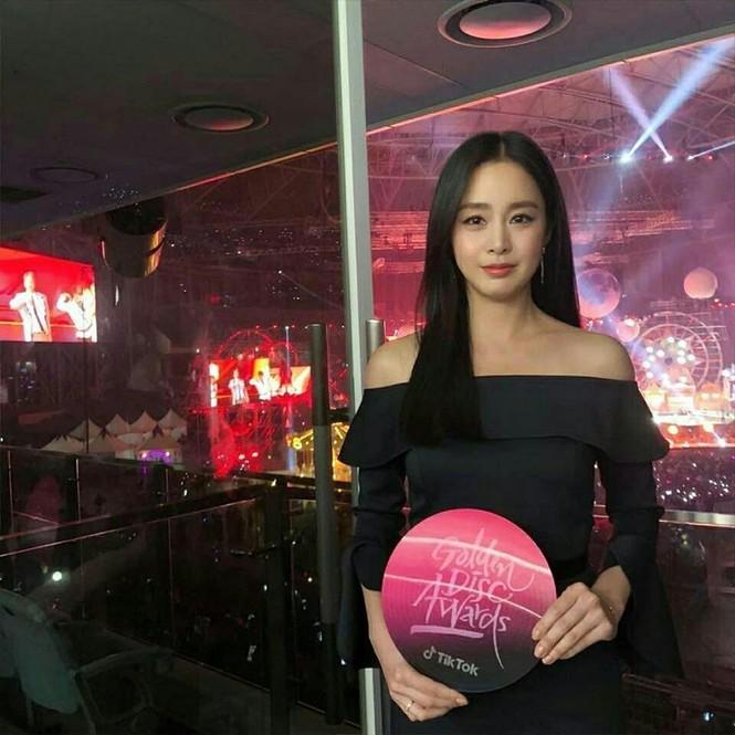 Kim Tae Hee đẹp như nữ thần ở tuổi 39 - ảnh 13