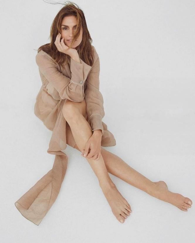 Siêu mẫu huyền thoại Cindy Crawford U60 trẻ đẹp rạng ngời - ảnh 9