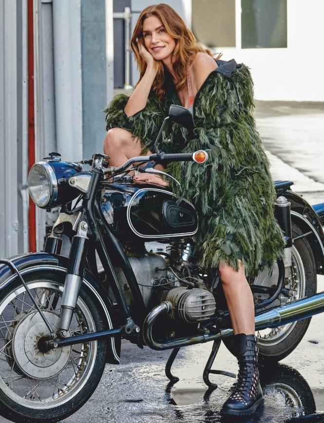 Siêu mẫu huyền thoại Cindy Crawford U60 trẻ đẹp rạng ngời - ảnh 4