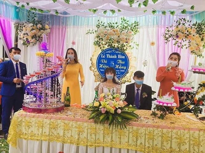 Cô dâu chú rể đeo khẩu trang, đám cưới không khách mời mùa dịch corona - ảnh 3