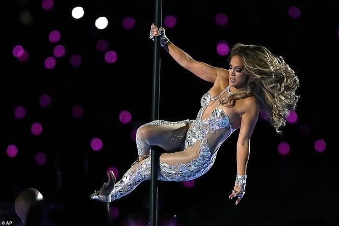 Jennifer Lopez 50 tuổi múa cột mặc bốc lửa nhảy sung ở Miami - ảnh 2