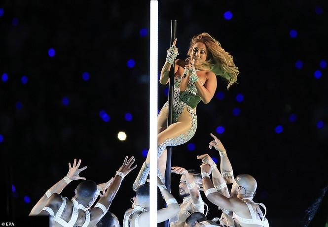 Jennifer Lopez 50 tuổi múa cột mặc bốc lửa nhảy sung ở Miami - ảnh 3