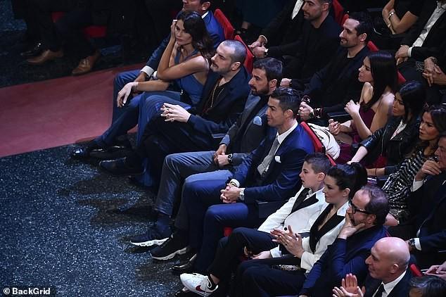 Bạn gái Ronaldo táo bạo khoe ngực đầy, hôn bạn trai ngọt ngào - ảnh 22