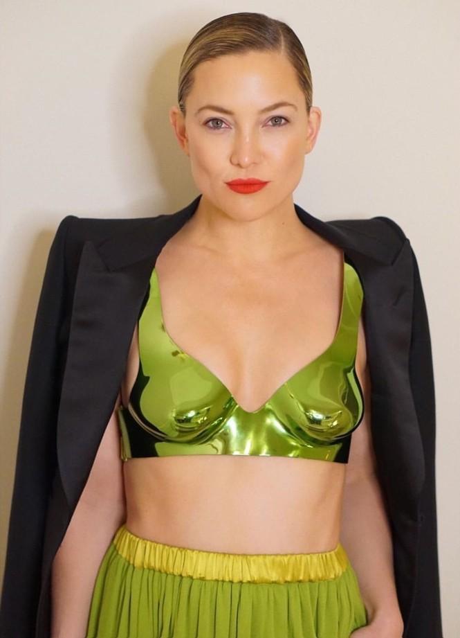 Kate Hudson 40 tuổi trẻ đẹp siêu gợi cảm với đầm hở ngực sâu - ảnh 9