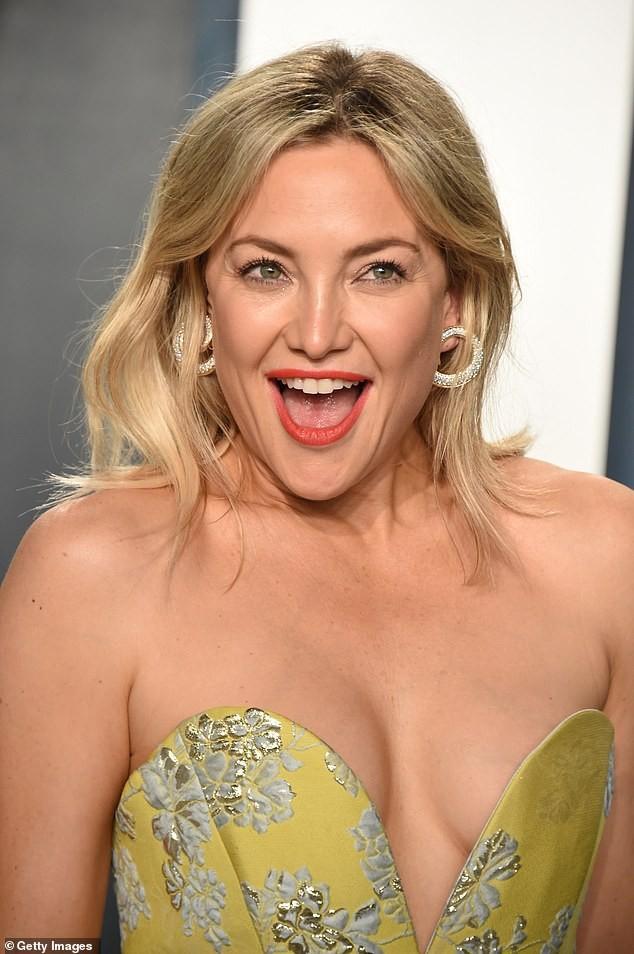 Kate Hudson 40 tuổi trẻ đẹp siêu gợi cảm với đầm hở ngực sâu - ảnh 3