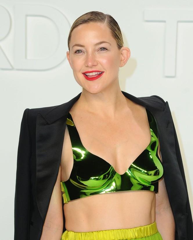 Kate Hudson 40 tuổi trẻ đẹp siêu gợi cảm với đầm hở ngực sâu - ảnh 5
