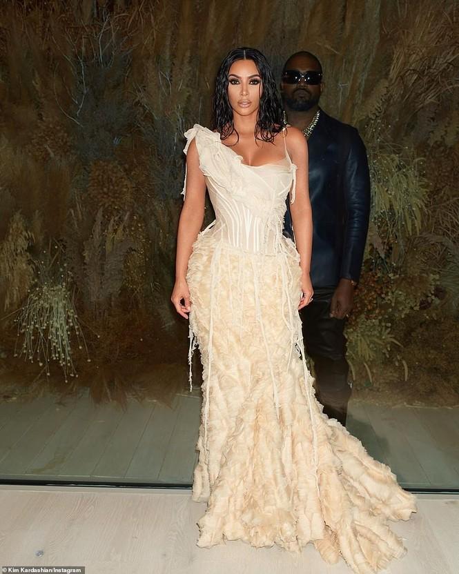 Mặc váy rách te tua, Kim siêu vòng ba vẫn nóng bỏng hút mắt - ảnh 3