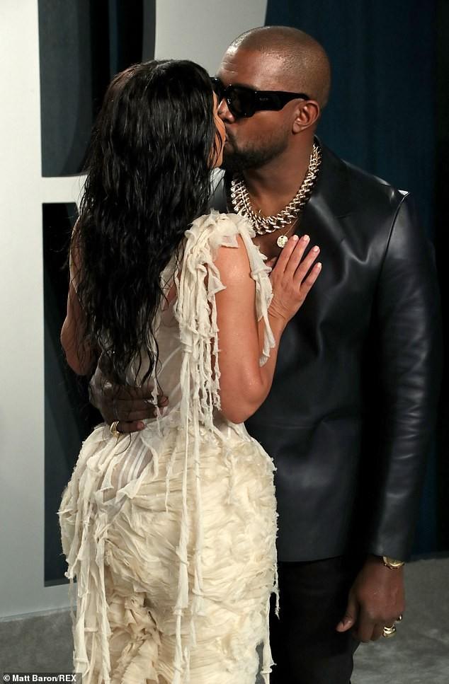 Mặc váy rách te tua, Kim siêu vòng ba vẫn nóng bỏng hút mắt - ảnh 6