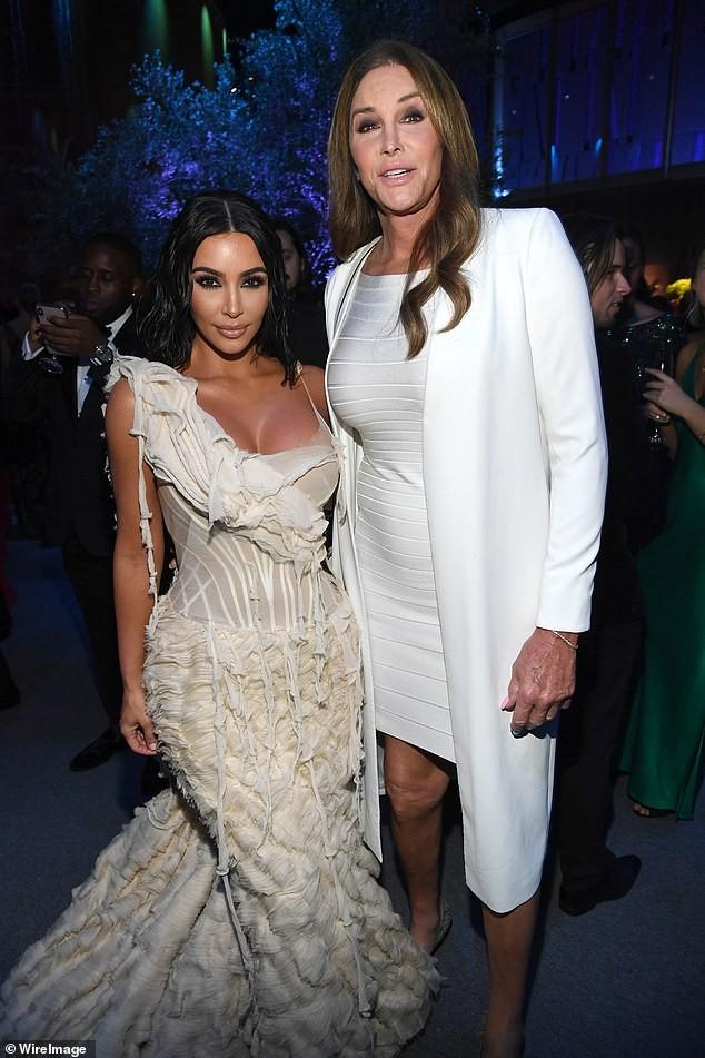 Mặc váy rách te tua, Kim siêu vòng ba vẫn nóng bỏng hút mắt - ảnh 14