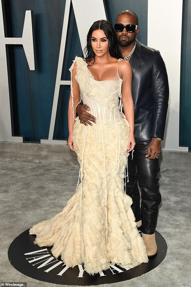 Mặc váy rách te tua, Kim siêu vòng ba vẫn nóng bỏng hút mắt - ảnh 11