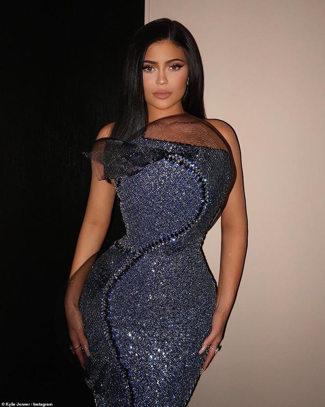Mặc váy rách te tua, Kim siêu vòng ba vẫn nóng bỏng hút mắt - ảnh 21