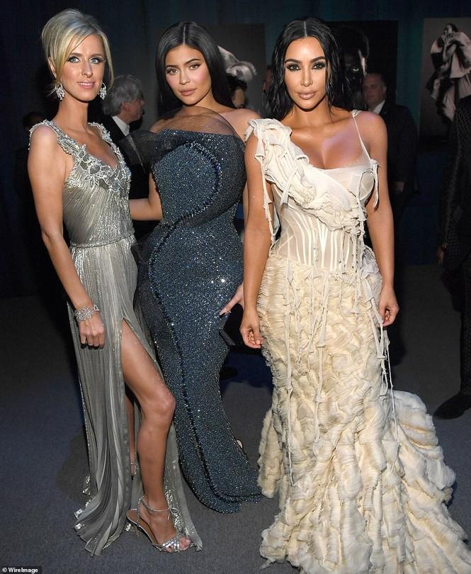 Mặc váy rách te tua, Kim siêu vòng ba vẫn nóng bỏng hút mắt - ảnh 19