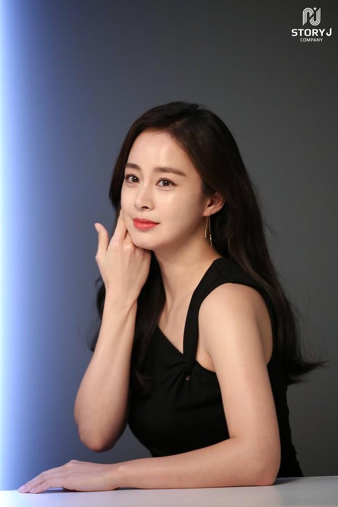 Kim Tae Hee trẻ đẹp như ở tuổi đôi mươi dù sắp tứ tuần - ảnh 2