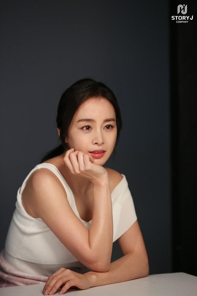 Kim Tae Hee trẻ đẹp như ở tuổi đôi mươi dù sắp tứ tuần - ảnh 9