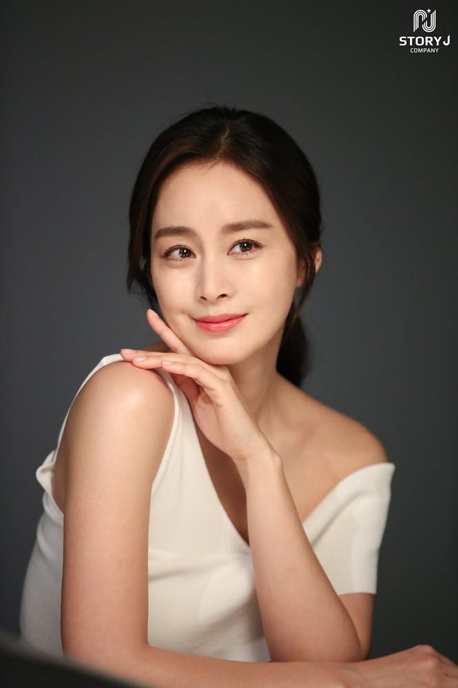 Kim Tae Hee trẻ đẹp như ở tuổi đôi mươi dù sắp tứ tuần - ảnh 17