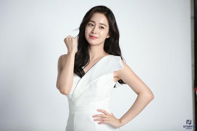 Kim Tae Hee trẻ đẹp như ở tuổi đôi mươi dù sắp tứ tuần - ảnh 14