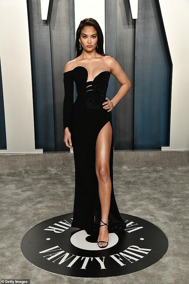 Shanina Shaik đẹp tựa nữ thần với đầm xẻ đùi siêu gợi cảm - ảnh 5